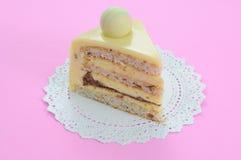 Bolo de queijo branco do chocolate no fundo cor-de-rosa Imagens de Stock Royalty Free