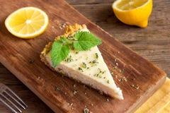 Bolo de queijo caseiro do limão fotos de stock royalty free