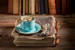 Bolo de queijo caseiro e café no livro na biblioteca fotos de stock royalty free