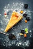 Bolo de queijo com amoras-pretas Foto de Stock