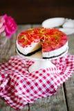 Bolo de queijo com as morangos na gelatina e nas ervas, em cookies de oreo fotos de stock royalty free