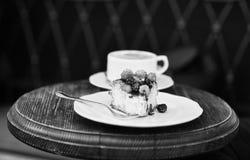Bolo de queijo com bagas e café na tabela de madeira, fim acima Conceito dos confeitos Pedaço de bolo com amoras-pretas e imagens de stock royalty free