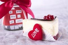 Bolo de queijo com bagas e tira do chocolate Imagens de Stock Royalty Free