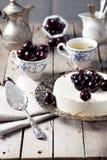 Bolo de queijo com cerejas em uma tabela de madeira imagem de stock royalty free