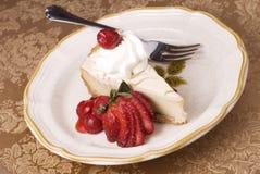 Bolo de queijo com cobertura da cereja Fotos de Stock