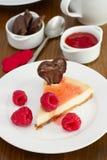 Bolo de queijo com framboesas e coração do chocolate Fotografia de Stock Royalty Free