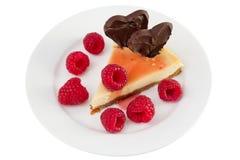 Bolo de queijo com framboesas e corações do chocolate Fotos de Stock Royalty Free