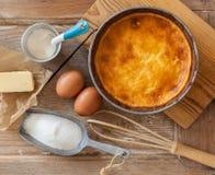 Bolo de queijo com ingredientes Foto de Stock Royalty Free