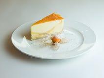 Bolo de queijo com molho da manga, fruto de paixão fotos de stock royalty free