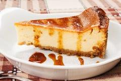 Bolo de queijo com molho do caramelo Fotos de Stock