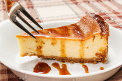 Bolo de queijo com molho do caramelo Imagem de Stock