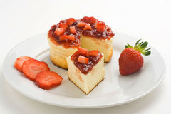 Bolo de queijo com morangos frescas Fotos de Stock Royalty Free