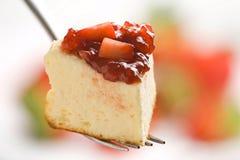 Bolo de queijo com morangos frescas Imagem de Stock Royalty Free