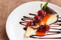 Bolo de queijo da brownie do chocolate com fruto da cereja Imagem de Stock Royalty Free
