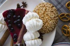Bolo de queijo da cereja com cookies 06 Fotografia de Stock