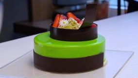 Bolo de queijo da cereja na tabela Served classificou de mini bolos do chocolate e do fruto para o feriado, foco seletivo fruta vídeos de arquivo
