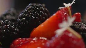 Bolo de queijo da cereja na tabela Served classificou de mini bolos do chocolate e do fruto para o feriado, foco seletivo fruta video estoque
