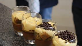 Bolo de queijo da cereja na tabela Served classificou de mini bolos do chocolate e do fruto para o feriado, foco seletivo fruta fotografia de stock