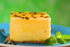 Bolo de queijo da fruta de paixão foto de stock royalty free