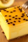 Bolo de queijo da fruta de paixão imagem de stock