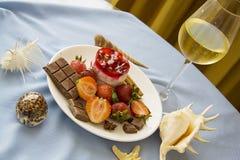 Bolo de queijo da morango e vidro do champanhe frio Fotografia de Stock Royalty Free