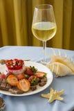 Bolo de queijo da morango e vidro do champanhe frio Imagens de Stock Royalty Free