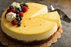 Bolo de queijo de New York em um suporte do bolo Imagem de Stock