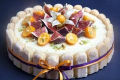 Bolo de queijo decorado com figo e kumquat Imagens de Stock Royalty Free