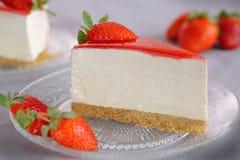 Bolo de queijo delicioso da morango do triângulo Imagem de Stock Royalty Free