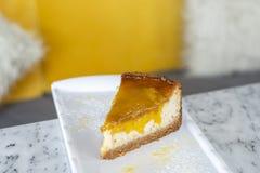 Bolo de queijo delicioso do cal da manga fotografia de stock