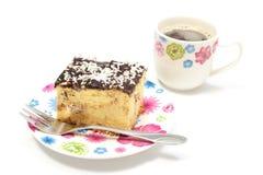 Bolo de queijo delicioso na placa e na xícara de café coloridas Fundo branco imagens de stock