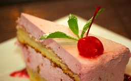 Bolo de queijo do bolo da cereja com a baga da cereja na parte superior fotografia de stock royalty free