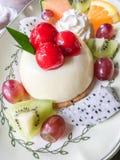 Bolo de queijo do fruto com cereja Fotos de Stock