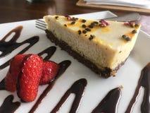 Bolo de queijo do leite do caju do AIP Paleo em uma placa no café do bem-estar foto de stock royalty free
