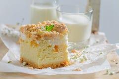 Bolo de queijo doce com pêssego doce e para desintegrar-se foto de stock royalty free