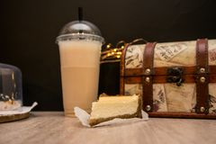Bolo de queijo e milk shake fotografia de stock