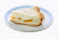 Bolo de queijo em um fundo branco Fotos de Stock