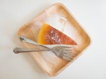 Bolo de queijo na placa de madeira Imagens de Stock Royalty Free