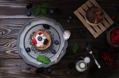 Bolo de queijo ucraniano com bagas e creme, ainda vida Fotos de Stock Royalty Free