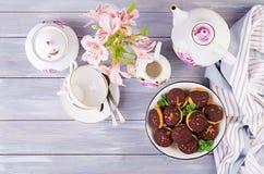 Bolo de Shu Profiterole saboroso com creme na placa imagem de stock royalty free