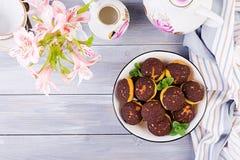 Bolo de Shu Profiterole saboroso com creme na placa fotos de stock royalty free