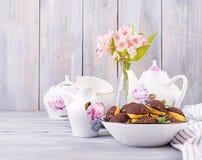Bolo de Shu Profiterole saboroso com creme na placa fotografia de stock royalty free