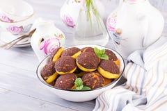 Bolo de Shu Profiterole saboroso com creme na placa foto de stock royalty free