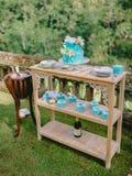 Bolo de turquesa do casamento com flores e presentes foto de stock royalty free