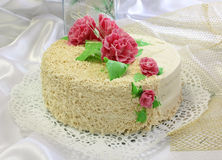 Bolo decorado com as flores do creme Foto de Stock