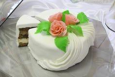 Bolo decorado com as flores do creme Imagens de Stock Royalty Free