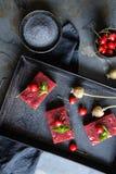 Bolo delicioso da semente de papoila com creme da cereja imagens de stock