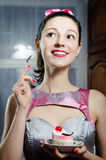 Bolo delicioso de sorriso feliz comer da menina moreno bonita engraçada da mulher do pinup Fotografia de Stock