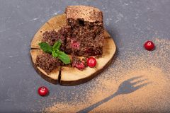 Bolo delicioso do biscoito do chocolate com arandos fotos de stock