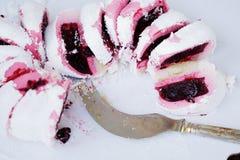 Bolo delicioso do biscoito com doce de framboesa cor-de-rosa Imagem de Stock Royalty Free